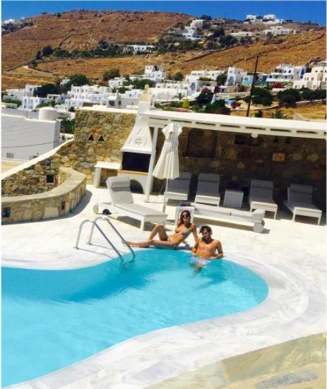 Có người lại thích ngâm mình ở hồ bơi trên đảo Mykonos, Nam Egeo, Hy Lạp. (Nguồn: IG)