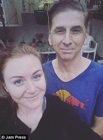 Cha của Carly nhỏ hơn Graeme 5 tuổi