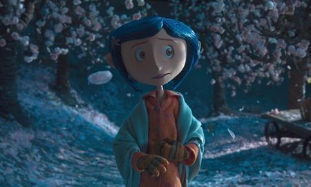 """""""Coraline"""" (2009) xoay quanh chuyến phiêu lưu của cô bé can đảm Coraline khi bước qua một cánh cửa bí mật và khám phá ra một thế giới khác, tồn tại song song với thế giới hiện tại. Mọi thứ ban đầu hết sức tốt đẹp cho đến khi bố mẹ trong thế giới ảo muốn giữ Coraline ở lại đây mãi mãi và cô bé bắt đầu phải chiến đấu với một thế lực huyền bí, to lớn hơn rất nhiều để giành lại những thứ mình thực sự yêu thương. Bên cạnh cốt truyện đầy ma mị với đủ các yếu tố kích thích sự sợ hãi, bộ phim còn khai thác tỉ mỉ tâm lí của trẻ em đồng thời đánh động cả những người lớn xem phim."""