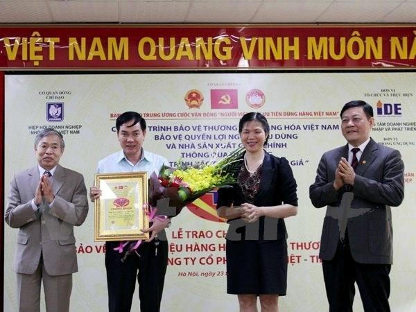 Bàn giao Quy trình xác thực chống hàng giả tại Khóa Việt Tiệp, ngày 23/11. (Ảnh: Doãn Đức/Vietnam+)