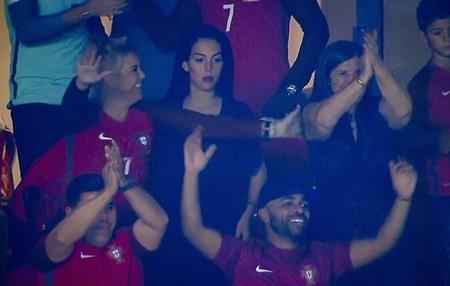 Georgina Rodriguez tỏ ra rất nghiêm túc khi xem bóng đá