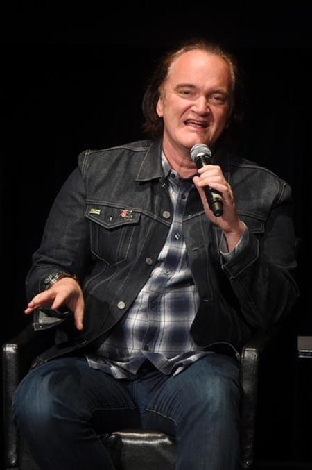 Quentin Tarantino từng quyết định bỏ học vào năm 16 tuổi để theo đuổi đam mê điện ảnh và sớm gặt hái được vô vàn thành công. Trên thực tế, Quentin Tarantino có chỉ số IQ vượt bậc là 160 và dễ dàng lọt vào danh sách những ngôi sao thông minh nhất.