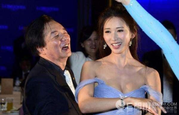 Hai cha con Lâm Chí Linh cùng nhảy với nhau trong một sự kiện
