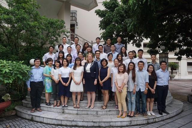 Các sinh viên Việt Nam nhận học bổng từ chính Phủ Ireland năm học 2017-2018 chụp ảnh cùng Bà Cáit Moran - Đại sứ Ireland tại Việt Nam.