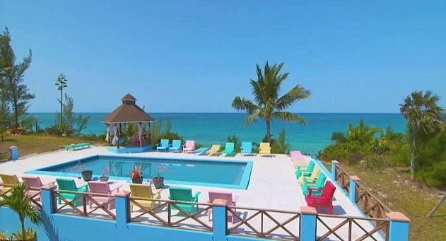 Ghế cạnh hồ bơi được thiết kế chắc chắn và sơn nhiều màu sắc
