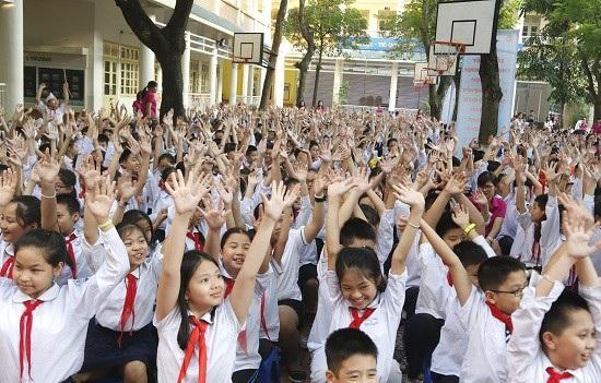 Các em học sinh hưởng ứng tiết kiệm điện.