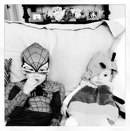 Cậu con trai Luca của Hilary Duff hoá thân thành Người Nhện và hết sức vui vẻ chơi cùng cô em họ Ryan, vốn cũng đã ăn diện chỉn chu cho ngày Halloween.