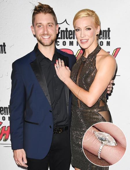 """Katie Cassidy, nữ diễn viên phim """"Arrow"""" đã cảm thấy mình là cô gái may mắn nhất thế giới khi được bạn trai Matthew Rodgers cầu hôn bằng một chiếc nhẫn kim cương hình trái xoan siêu """"khủng""""."""