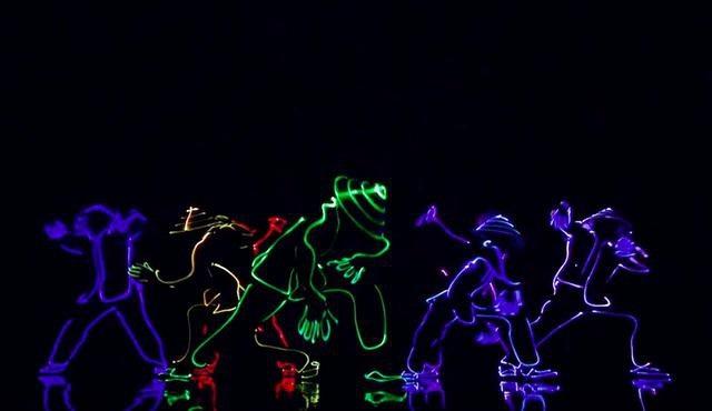 Tiết mục nhảy bằng đèn Led của nhóm 218 ( ảnh cắt từ clip)