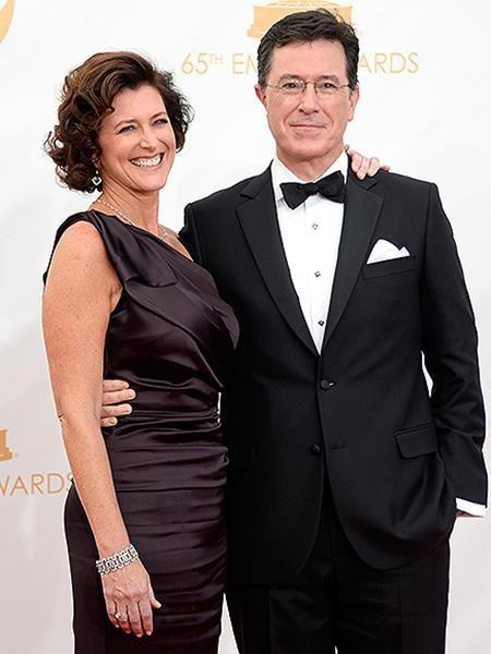 """Stephen Colbert sớm đã nhận ra bà xã Evelyn chính """"một nửa"""" của mình khi cả hai mới lần đầu gặp gỡ ở hành lang của nhà hát. Thậm chí, MC nổi tiếng còn thầm nhủ trong đầu rằng: """"Chính là nàng. Đây là vợ mình. Mình sẽ cưới nàng""""."""