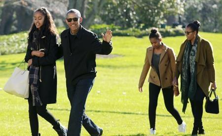 Vợ chồng cựu Tổng thống Mỹ Barack Obama thậm chí còn đặt ra những quy tắc đặc biệt cho các con mình. Theo đó, TV và máy tính chỉ được sử dụng trong vài giờ đồng hồ vào dịp cuối tuần còn trong tuần thì bị cấm tiệt, trừ phi cần thiết cho việc học tập. Thậm chí, bà Michelle Obama còn thường xuyên kiểm tra máy tính của con gái để chắc chắn rằng công cụ thông minh này được dùng đúng mục đích.