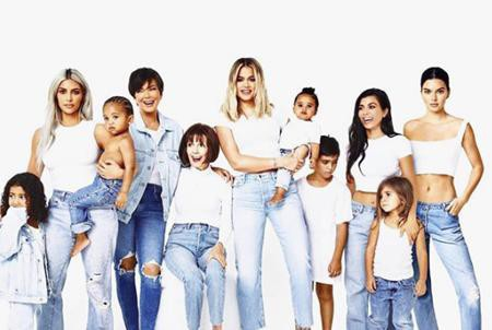 Mang phong cách tối giản kết hợp áo phông cùng quần jean, chùm ảnh Giáng sinh năm nay của nhà Kardashian rất được người hâm mộ hưởng ứng
