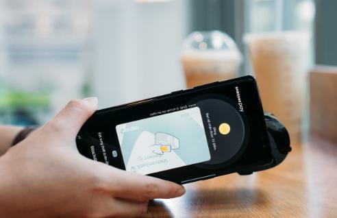 Samsung Pay cho phép người dùng lưu giữ thông tin lên đến 10 loại thẻ khác nhau vào một máy, đồng thời mỗi thẻ được sử dụng trên 3-5 máy riêng biệt.