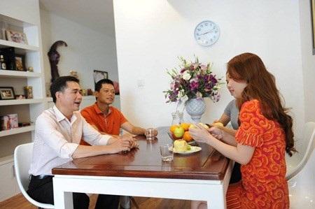 Bàn uống nước được chọn đồ nội thất gỗ hiện đại