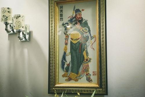 Diễn viên Chu Hùng kể, những bức tranh trong nhà đều do ông thêu.