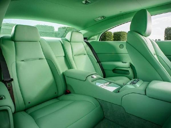 Nội thất trong xe được bọc da màu xanh ngọc, xen lẫn những chi tiết nhỏ màu đen, thể hiện sự tinh tế trong thiết kế đặc biệt của Rolls – Royce.