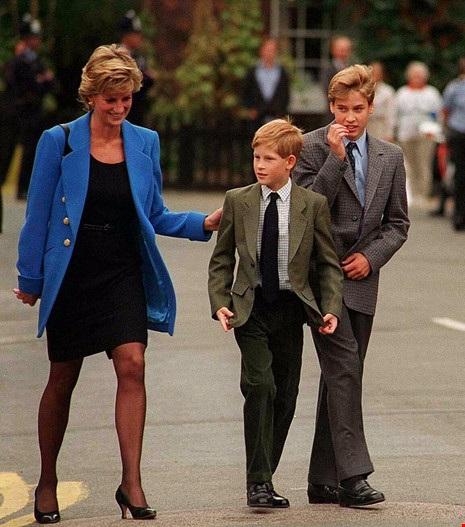 Công nương Diana và Hoàng tử Harry tiễn Hoàng tử William ngày đầu vào học trường nội trú Eton College. Ảnh: GETTY IMAGES