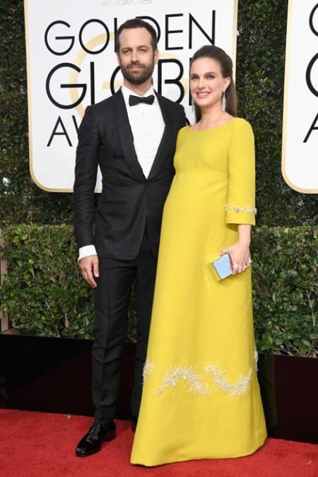 """""""Thiên nga đen"""" Natalie Portman đã để lộ vòng hai bầu bí lùm lùm bên cạnh ông xã Benjamin Millepied"""