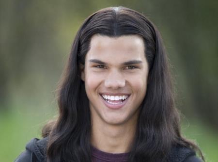 """Nam diễn viên 9x Taylor Lautner vẫn còn khá trẻ khi đóng loạt phim """"Twilight"""" nhưng ở phần phim đầu tiên, các nhà sản xuất vẫn muốn Taylor phải trông thực sự trẻ trung và giải pháp được lựa chọn là: gắn thêm cho nam diễn viên một mái tóc thật dài. Dĩ nhiên, ngoại hình của Taylor Lautner đã bị chê bai thậm tệ và may mắn là ở những phần phim sau nam diễn viên đã được """"xuống tóc""""."""