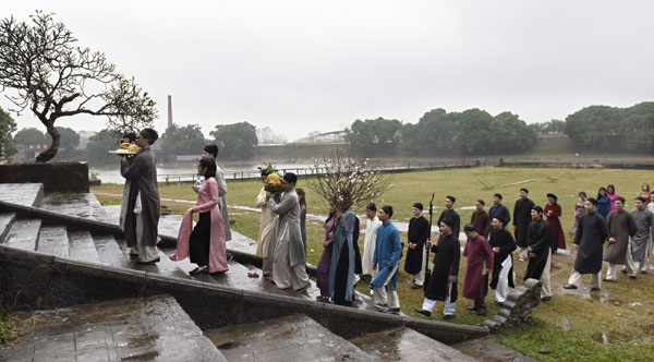 Đại sứ cùng các thành viên nhóm Đình làng Việt tiến vào đình làng thực hiện nghi lễ dâng hương.