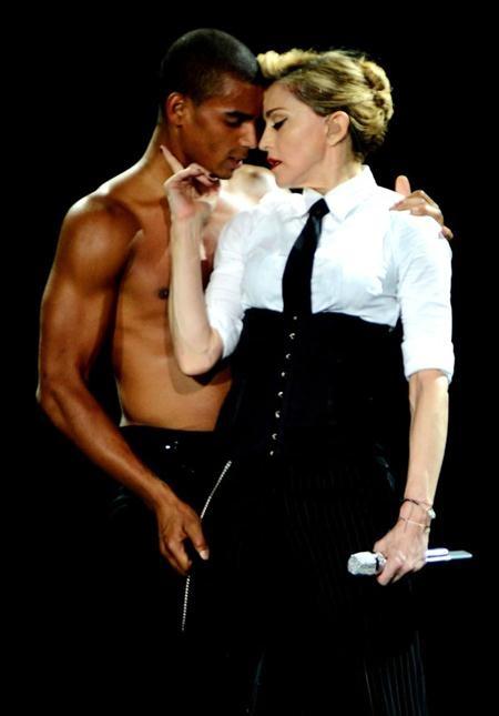 """""""Nữ hoàng nhạc pop"""" Madonna từng khiến nhiều fan hâm mộ phải """"sốc nặng"""" khi công khai hẹn hò với vũ công Brahim Zaibat bất chấp việc Madonna lớn hơn tình trẻ tới 30 năm tuổi đời."""