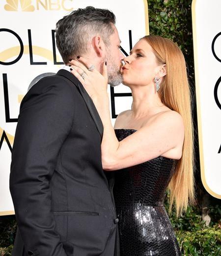 Amy Adams tình tứ trao cho ông xã Darren Le Gallo một nụ hôn nồng thắm ngay trên thảm đỏ