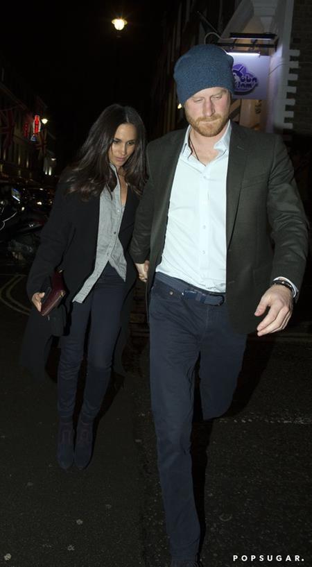 Vượt qua nhiều sóng gió, Hoàng tử Harry vẫn mạnh mẽ nắm chặt tay người bạn gái Meghan Markle
