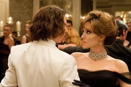 """Sự kết hợp ăn ý giữa Johnny Depp và Angelina Jolie trong tác phẩm phiêu lưu kịch tính """"The Tourist"""" (2010) chắc chắn sẽ là một sự lựa chọn không tồi cho ngày lễ Tình nhân"""
