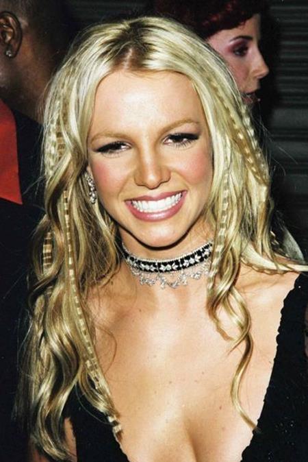 Ở tuổi 18, Britney Spears đã khiến cả làng nhạc phải trầm trồ khi có chuyến lưu diễn đầu tiên vòng quanh thế giới cùng một màn xuất hiện bốc lửa tại thảm đỏ lễ trao giải MTV Awards 2000