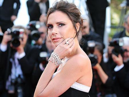 """Sau khi bồng bột quyết định nâng ngực, Victoria Beckham cũng đã nhanh chóng nhận ra sai lầm và trên tạp chí Vogue, số tháng 10/2016, bà xã của David Beckham đã chia sẻ rất tâm huyết với người hâm mộ rằng: """"Tôi chỉ muốn nói với các bạn rằng, đừng bao giờ làm gì với bộ ngực của mình. Trong suốt những năm tháng trước đây, tôi luôn phủ nhận vòng một của mình. Điều đó thật ngớ ngẩn. Đó là dấu hiệu của sự bất an. Hãy trân trọng những gì mình có""""."""