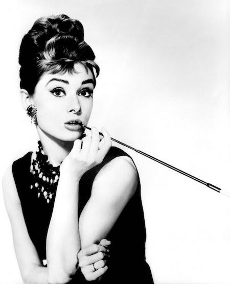 """Bộ phim """"Breakfast at Tiffanys"""" đã chứa đựng những giá trị tinh tuý nhất của huyền thoại điện ảnh Audrey Hepburn, sang trọng mà đầy dí dỏm. Và dù ở trong mọi nghịch cảnh, """"Breakfast at Tiffanys"""" vẫn truyền cảm hứng mạnh mẽ cho các chị em cũng như tin tưởng sức mạnh tình yêu sẽ chiến thắng mọi cám dỗ, kể cả có là tiền bạc phù hoa."""