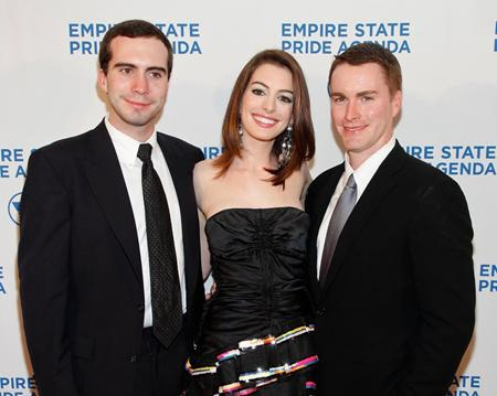 Anne Hathaway là con giữa trong gia đình, nữ diễn viên này có một người anh trai làm nhà văn và một người em trai cũng tham gia diễn xuất