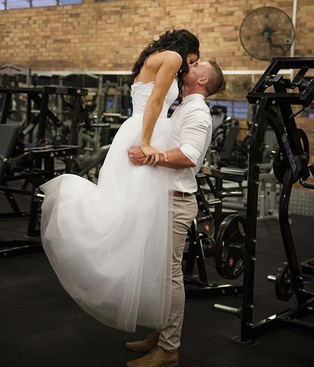 Nụ hôn ấn tượng của cô dâu và chú rể