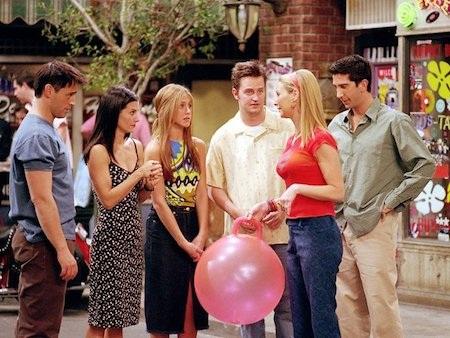"""""""Friends"""" của kênh NBC chỉ là một tác phẩm hài sitcom nhưng với tầm ảnh hưởng đại chúng sâu rộng của mình, nhà sản xuất đã phải trả tới 1 triệu đô la Mỹ/tập phim cho mỗi diễn viên chính và với việc """"Friends"""" có tới sáu nhân vật trung tâm, chi phí phải bỏ ra theo đó cũng đã vượt xa ngân sách thông thường."""