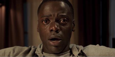 """""""Get out"""" có mở đầu phim khá đơn giản với sự kiện chàng da đen nhân vật chính Chris (Daniel Kaluuya thủ vai) trong một dịp cuối tuần đã được mời về nhà của cô bạn gái Rose (Allison Williams thủ vai), tuy nhiên, ba mẹ của Rose vẫn chưa biết rằng bạn trai của con gái mình là người da đen. Từ từ đưa người xem vào cảm giác sợ hãi tột độ mà không cần dùng đến những màn hù dọa đột ngột tầm thường, """"Get out"""" đã phá vỡ mọi lối mòn của dòng phim kinh dị truyền thống và """"hút"""" khán giả ùn ùn kéo đến rạp bất chấp việc bộ phim được sản xuất với kinh phí đầu tư vỏn vẹn là 4.5 triệu đô la Mỹ."""