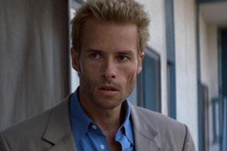 Không gây ấn tượng bằng những cảnh hành động cháy nổ hay kĩ xảo vượt bậc, Memento của đạo diễn Christopher Nolan vẫn hiên ngang bước vào hàng ngũ siêu phẩm thông qua lối dựng phim biến ảo bất ngờ, mạch truyện đảo ngược trình tự thời gian cộng với cú ngửa bài xuất thần nhất trong lịch sử điện ảnh.
