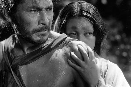 """Kiệt tác điện ảnh """"Rashomon"""" (1950) thực sự là bộ phim của những cách tân độc đáo với lối kể truyện phá vỡ trình tự truyền thống và đi theo góc nhìn của các nhân vật. Bộ phim không chủ định khám phá sự thật, mà ngược lại, cho thấy tính phức tạp và khó nhận diện của chân lý. Ra đời từ hơn nửa thế kỉ trước nhưng chưa khi nào """"Rashomon"""" vắng bóng trong danh sách những tác phẩm kinh điển và đây cũng chính là bộ phim đưa điện ảnh Nhật Bản ra với thế giới."""