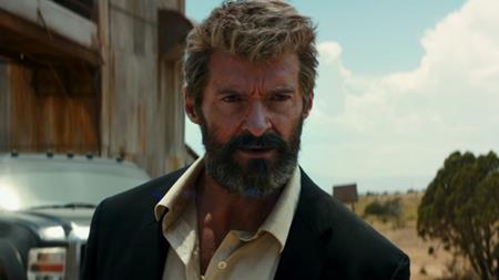 """""""Logan"""" lấy bối cảnh thời gian vào năm 2029 với một Người Sói già nua và Giáo sư X bệnh tật, sống ẩn dật ở vùng biên giới Mexico nhưng rồi sự xuất hiện của cô bé Laura/X-23 đã phá tan sự bình yên giả tạo của hai ông già. Và cứ thế, buổi hoàng hôn của các dị nhân đã diễn ra theo cách bạo lực, đẫm máu đến mức giật gân tàn nhẫn. """"Logan"""" không chỉ được đánh giá là bộ phim siêu anh hùng bạo liệt, đen tối nhất từ trước đến nay mà còn là tác phẩm xúc động nhất, là lời giã biệt thoả mãn nhất khép lại gần hai thập kỉ chinh chiến trên màn ảnh rộng của """"Người sói"""" Hugh Jackman."""
