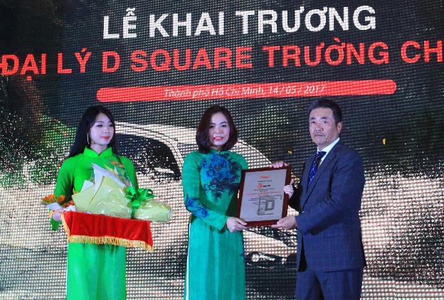 Chứng nhận Đại lý đạt chuẩn D Square được ông Hidekazu Noto - Tổng giám đốc Isuzu Việt Nam trao cho bà Trần Lê Hương - Chủ Tịch D Square Trường Chinh