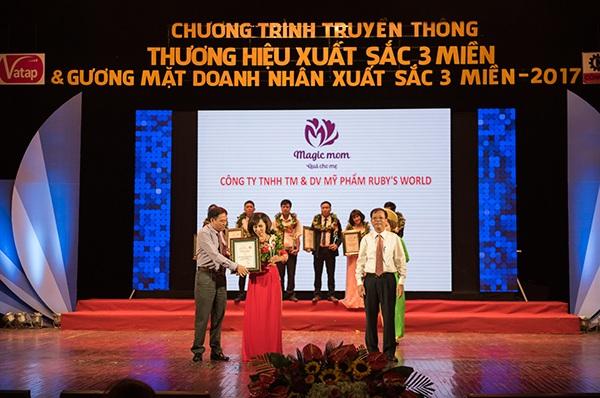 Nhà phân phối Đào Thảo đại diện Magic Mom bước lên bục giải thưởng