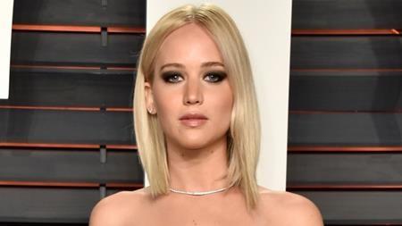 """Sau khi trở nên nổi tiếng, Jennifer Lawrence thực sự đã bị """"vỡ mộng"""" do quá cô đơn và phải một mình trải qua các buổi tối thứ Bảy vì các chàng trai không còn can đảm ngỏ lời mời cô đi chơi nữa."""