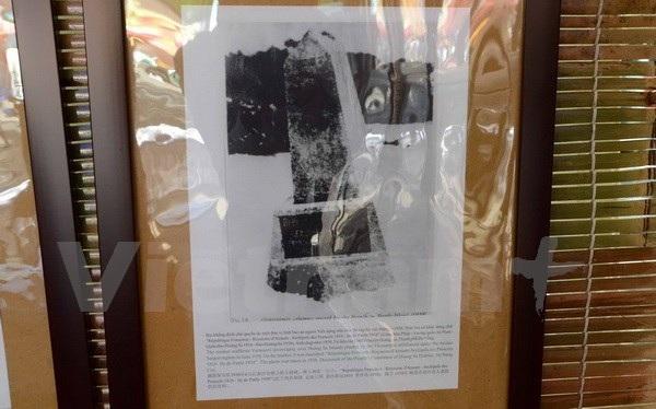 Bức ảnh tư liệu bia khắc dòng chữ bằng tiếng Pháp có nội dung Vương quốc An Nam - quần đảo Hoàng Sa 1816. (Ảnh: Gia Quân/Vietnam+)