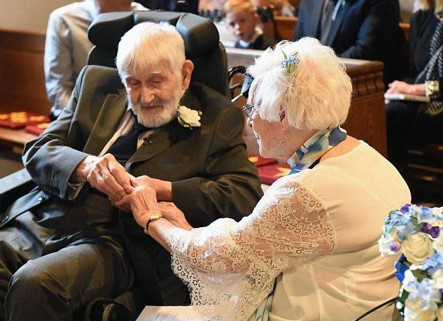 Cụ ông 93 và cụ bà 95 tuổi trao nhẫn cưới cho nhau