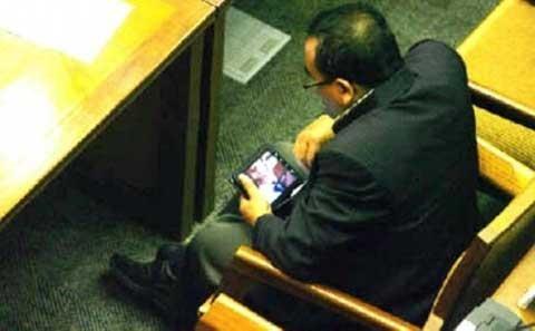 Hành động không tập trung vào cuộc họp của nghị sĩ Indonesia bị bắt gặp
