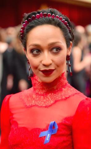 """Chiếc bờm làm từ đá ruby của Ruth Negga cực kì """"ăn rơ"""" với đôi hoa tai đỏ và nữ diễn viên đã khiến cho không ít fan hâm mộ phải ồ à thích thú"""
