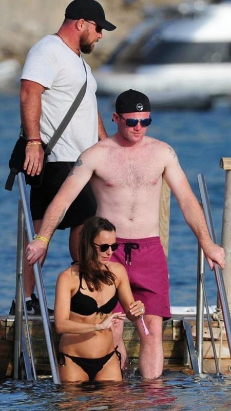 Wayne Rooney hào hứng hòa mình vào làn nước mát rượi
