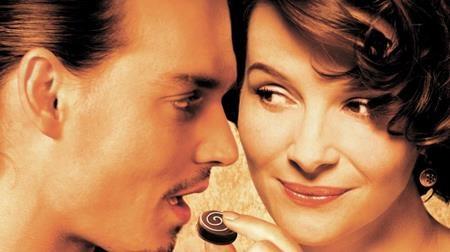 """""""Chocolat"""" là bộ phim lãng mạn kể về một người mẹ trẻ đơn thân với cửa hàng bán sô-cô-la ngọt ngào đã khuấy động cuộc sống vốn tĩnh lặng tại một thị trấn nhỏ cổ kính. Những người dân ở đây sau khi nếm những viên sô-cô-la kì diệu đã rũ bỏ vẻ ngoài cứng nhắc vốn có để sống một cuộc sống mới đầy đam mê. Không chỉ """"đốn gục"""" người xem bằng những thước phim mơ mộng, """"Chocolat"""" còn được đề cử tới 5 giải Oscar, 8 giải BAFTA và 4 giải Quả cầu vàng."""