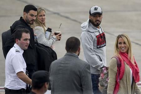 Luis Suarez mang cả vợ con đi cùng