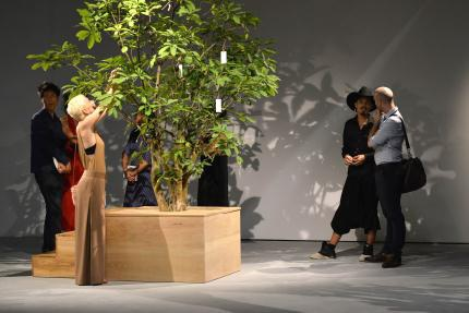 """Một trong những điểm nhấn của triển lãm """"Tỏa"""" là tác phẩm """"Cây ước nguyện"""", tác giả là nghệ sĩ danh tiếng Yoko Ono. Đây cũng là một tác phẩm từng triển lãm tại hơn 70 quốc gia. Khách tham quan sẽ viết các nguyện ước và treo lên cây, tất cả các nguyện ước này sẽ được VCCA tập hợp và gửi tới Yoko Ono vào cuối triển lãm."""