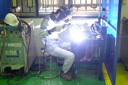 Sinh viên ngành Hàn đang thực hiện bài thực hành trực tiếp trên thiết bị hiện đại